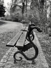 Кованая скамейка в парке